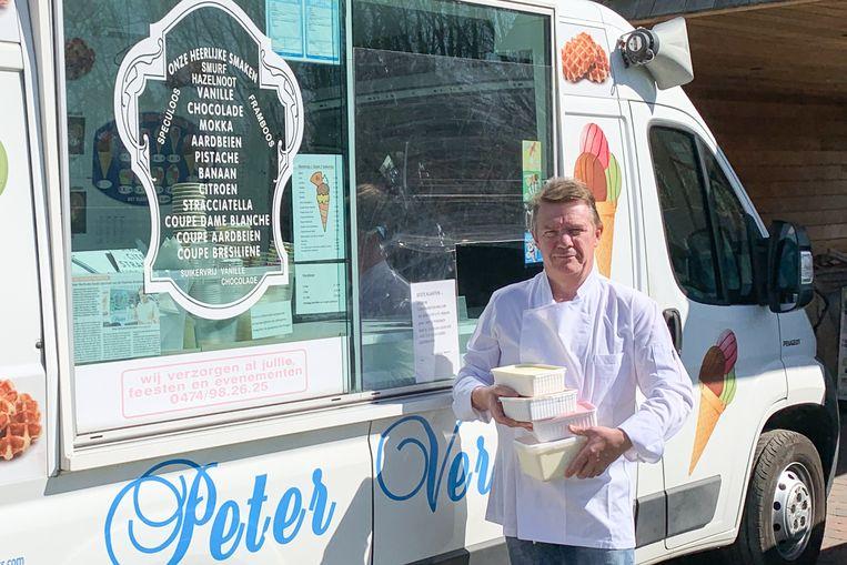 """""""Wij leveren wel nog dozen ijs op bestelling aan huis"""", toont Peter Verlinden."""