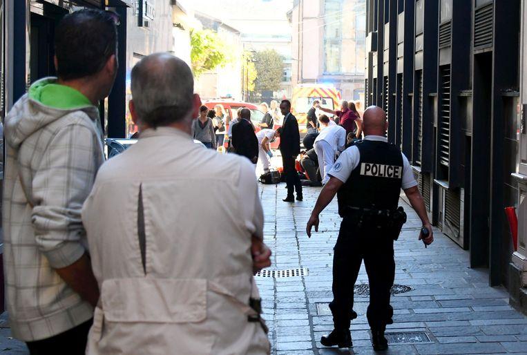 Politie en ambulancepersoneel is aanwezig op de plek waar de steekpartij plaatsvond.