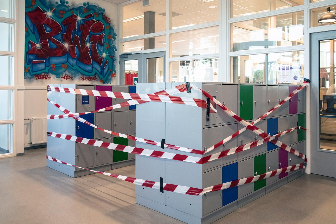 De kluisjes op het Mondial College zijn met een lint afgezet.