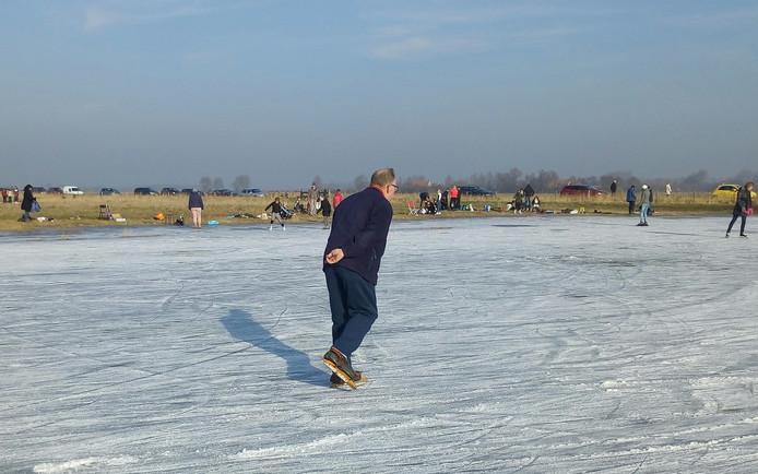 Ook de ouderwetse Friese doorlopers worden nog gebruikt. Zoals hier op de plassen tussen Buttinge en Sint Laurens.