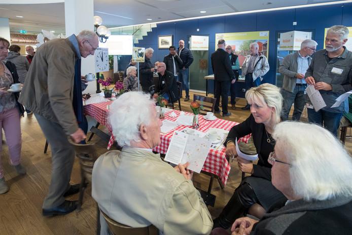 Medewerkers van Woonstede zijn zaterdag in gesprek met ouderen. De corporatie hoopt dat ouderen op tijd nadenken over hun woonsituatie.