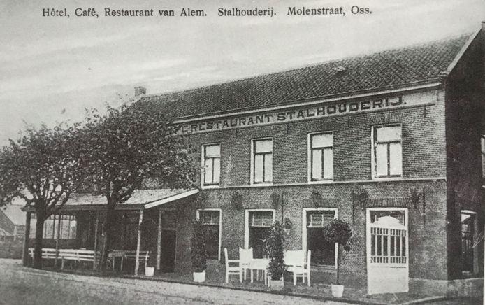Het oude hotel Van Alem met stalhouderij rond 1920. Het werd vaak verbouwd. In 1984 werd het Zalencentrum Vivialdi
