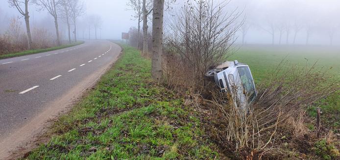 De auto kwam op zijn kant tot stilstand.