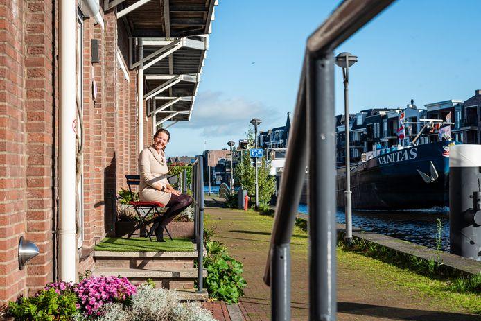 Iris van Urk voor haar Airbnb 'Au bord du Rhin' in het centrum van Alphen, direct aan de Oude Rijn.