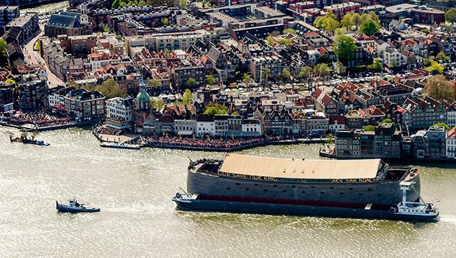 De ark voer in april mee langs het Groothoofd tijdens de botenparade op Koningsdag.