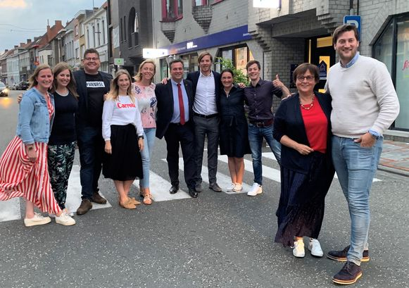 Sander Braeye (rechts in de voorgrond), vlak na zijn verkiezing tot voorzitter van CD&V Roeselare.