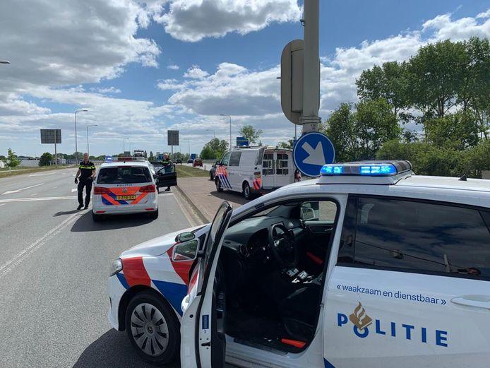 Op de Den Elterweg in Zutphen zijn donderdag drie mannen aangehouden die eerder op de dag werden betrapt door beveiligers toen één van hen een flesje met drugs over de muur van de gevangenis gooide.