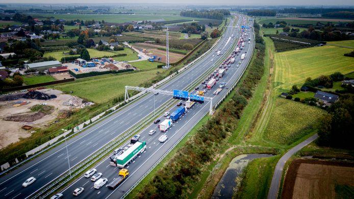 De afslag naar de A15 in de richting Arnhem en Nijmegen, vanaf de A50