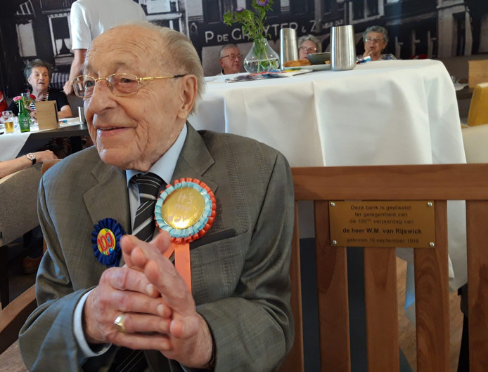 Wim van Rijswick op de bank die hij voor zijn honderdste verjaardag cadeau kreeg van Het Laar.