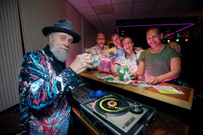 DJ Henjo staat achter de draaitafel tijdens het singletjesfeest in sportcafé Dijnselburg.