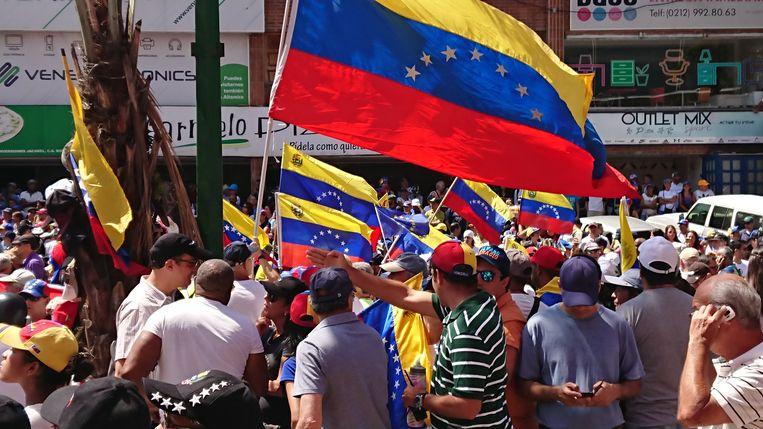 Demonstranten droegen vooral de nationale vlag en niet die van oppositiepartijen, op de onderlinge eenheid te benadrukken. Beeld Edwin Koopman