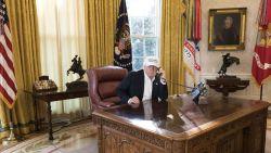 """Witte Huis verspreidt foto van """"hardwerkende"""" Donald Trump.  Maar kiekje gaat viraal om verkeerde redenen"""