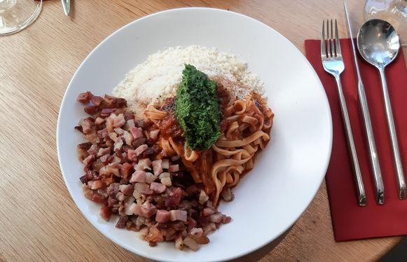 Tagliatelle pomodori met gremolata en pancetta. Veel pancetta.