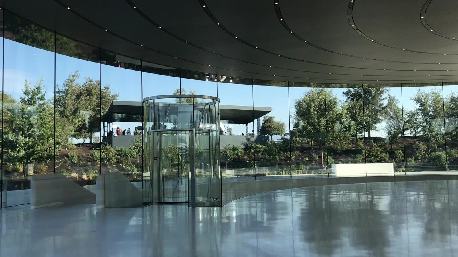 Het Steve Jobs Theater met de glazen lift uit de keuken van het bedrijf uit Meppel. De lift kan 12 meter omhoog en omlaag en beweegt in een spiraal.
