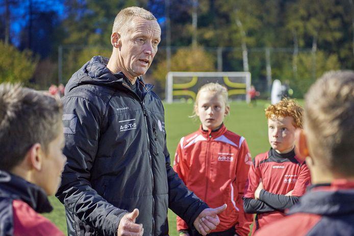 Eric van Gogh van Voetbalschool Uden geeft zijn leerlingen uitleg over oefenvormen.