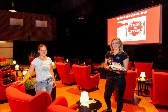 Evelyne Valk (links) en Geri van de Pol van Landvast in de nieuwe zaal van de Alblasserdamse bioscoop.