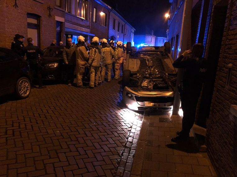 De auto kwam op zijn dak terecht in een smalle straat.