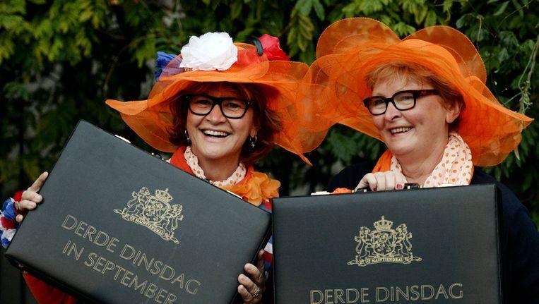 Oranjefans met koffertjes met de tekst Derde Dinsdag in September hebben zich in alle vroegte verzameld bij Paleis Noordeinde. Beeld anp