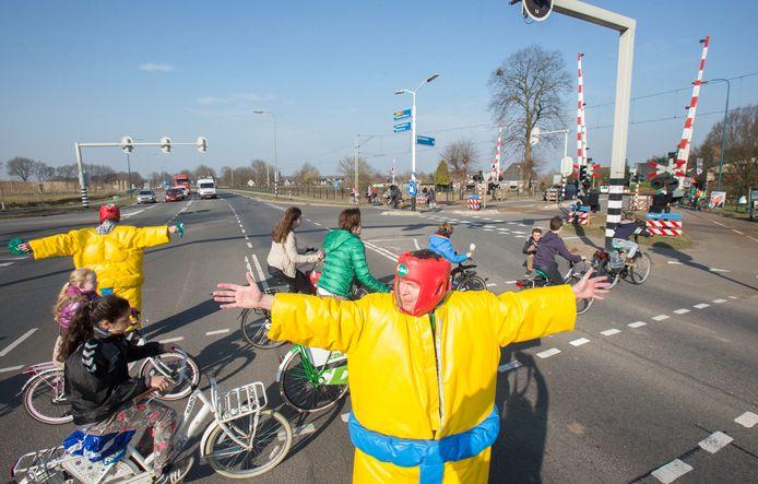 Een actie in 2015 om fietsende kinderen veilig over te laten steken op de kruising naar Achterberg.
