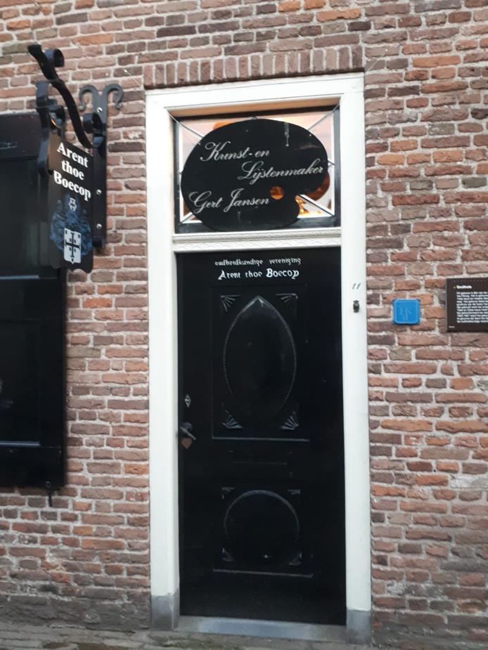 De entree van museum het Gruithuis  van Arent thoe Boecop met boven de deur het uithangbord dat Gert Jansen jarenlang bij zijn huis had hangen.