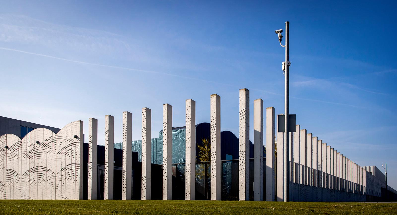 Het Justitieel Complex Schiphol, beter bekend als 'het detentiecentrum'.
