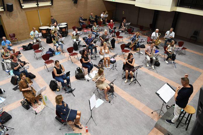 Eindelijk weer repetitie in Loon op Zand. Muzikanten zitten een flink stuk uit elkaar.