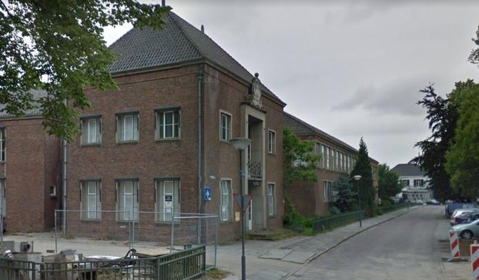 De oude huishoud- en tuinbouwvakschool aan de Irenelaan in Vught gaat tegen de vlakte.