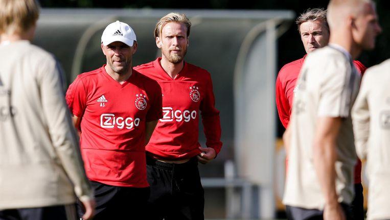 De huidig- en toekomstig assistent-trainer van Ajax samen op het veld, tijdens de stageperiode van Poulsen in Amsterdam. Beeld Erwin Spek/Soccrates