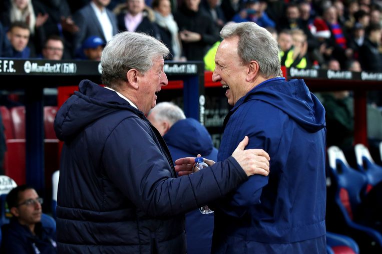 Roy Hodgson (links), manager van Crystal Palace, met zijn collega van Cardiff City, Neil Warnock. Beeld AP