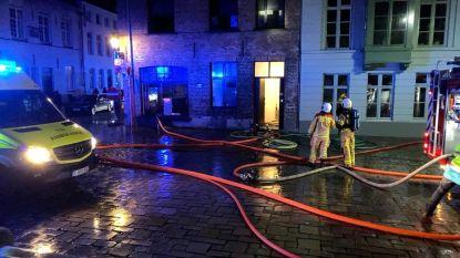 Toeristen zien Airbnb in hartje Brugge in rook opgaan