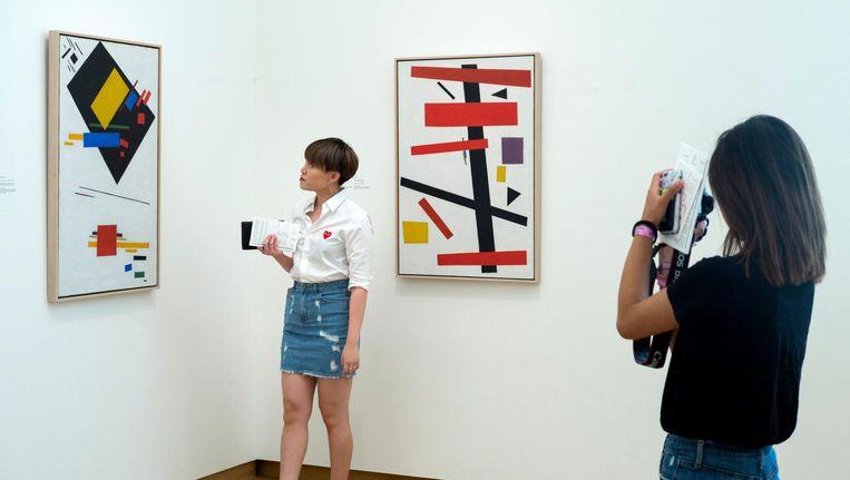 Bezoekers bij het werk van Malevitsj in het Stedelijk Museum Amsteraam Beeld Hollandse Hoogte