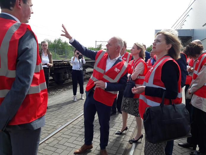 Ondernemer Wil Versteijnen geeft uitleg aan minister Cora van Nieuwenhuizen (rechts) en staatssecretaris Stientje van Veldhoven (midden).