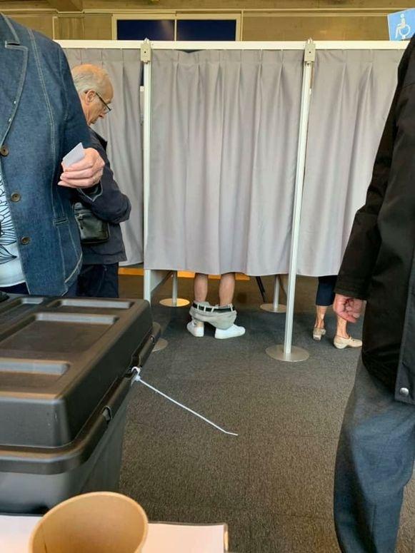In een stemhokje in Antwerpen trok een man zijn broek uit.