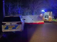 Auto vliegt uit de bocht in Epse: ambulance met spoed naar het ziekenhuis