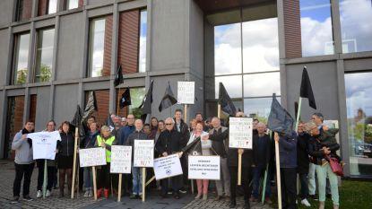 """Vzw Leuven Rechtdoor met zwarte vlaggen aan gemeentehuis. """"Het in stand houden van een 'no fly' zone ten westen van Leuven is onaanvaardbaar"""""""