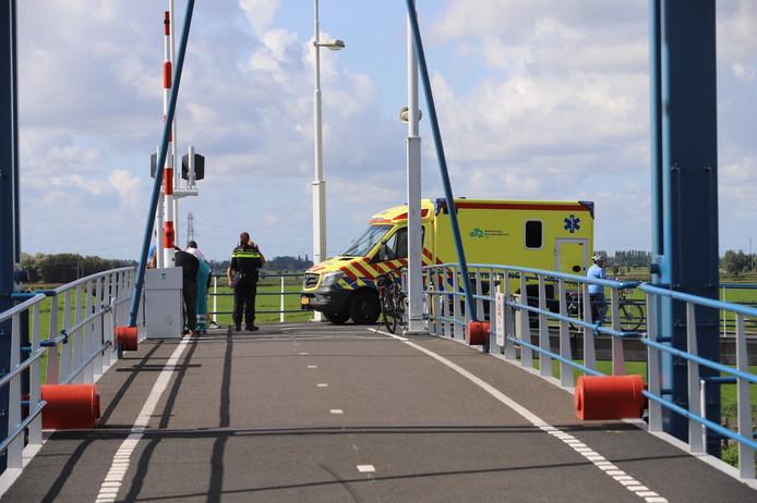 Een wielrenner is vanmiddag gewond geraakt bij een aanrijding met een fietsster op de Kandelaarsbrug in Schipluiden.