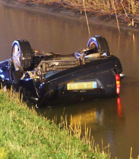 Auto vliegt uit de bocht en belandt ondersteboven in het water