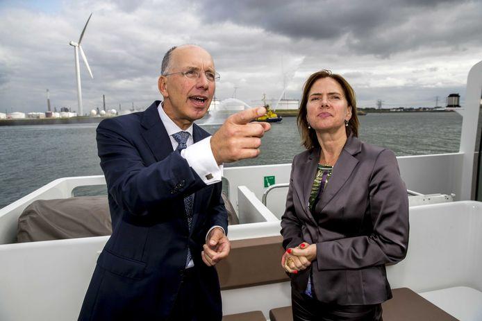Ronald Paul, hier tijdens een werkbezoek van verkeersminister Cora van Nieuwenhuizen aan de Rotterdamse haven, is vanmiddag in Brussel om samen met de Antwerpse haven te lobbyen voor Europese steun. Paul is operationeel directeur bij het Havenbedrijf Rotterdam.