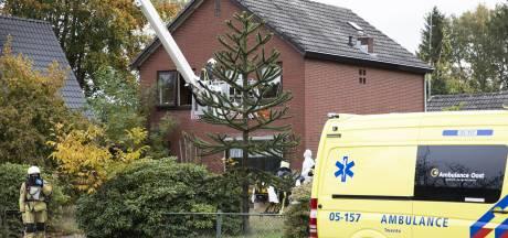 Brandweer zet hoogwerker in om zieke uit woning in Nijverdal te halen