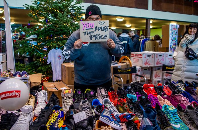 Een verkoper met een positieve boodschap op Sneakerness. Een deel van zijn opbrengst gaat naar een goed doel.