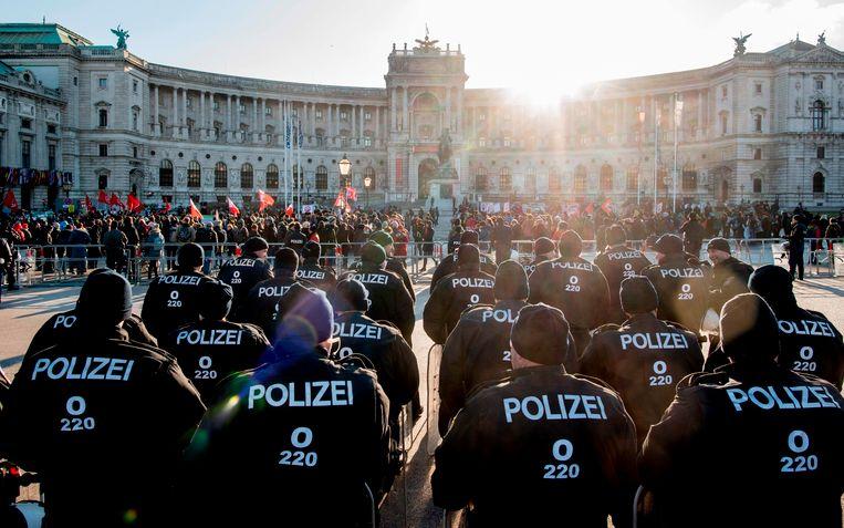 Tijdens de beëdiging van de nieuwe regering werden tomaten en eieren naar het paleis Hofburg in Wenen gegooid.