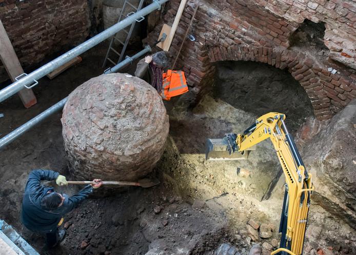 Archeologen diepen onder meer muntjes en gewichtjes op bij het graafwerk onder het Oude Stadhuis van Harderwijk. Ook deze waterput werd gevonden.