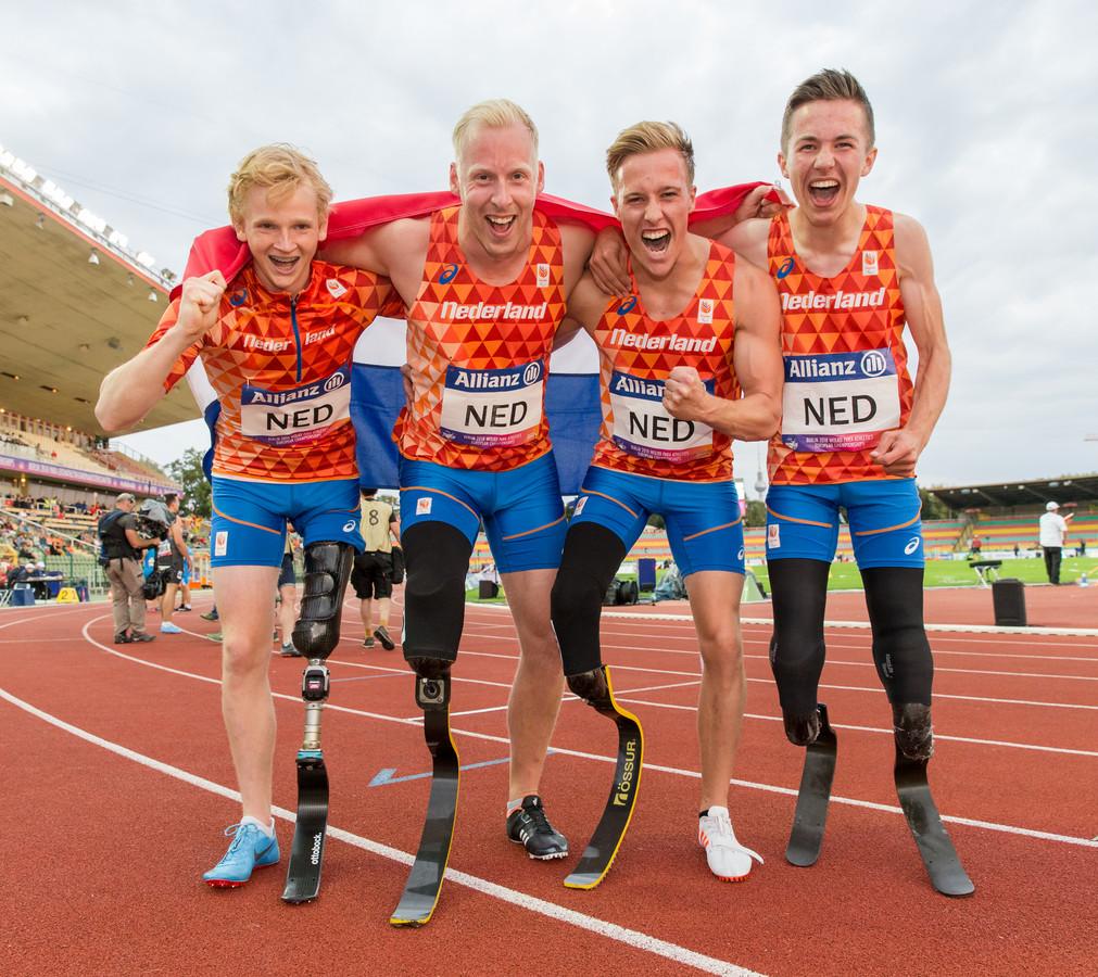 Levi Vloet met zijn winnende teamgenoten in Berlijn. Levi staat tweede van rechts.