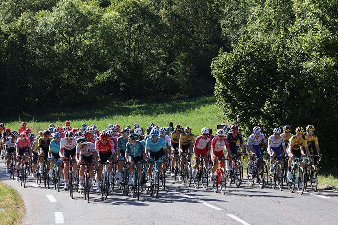 Het peloton op weg naar Orcières-Merlette.