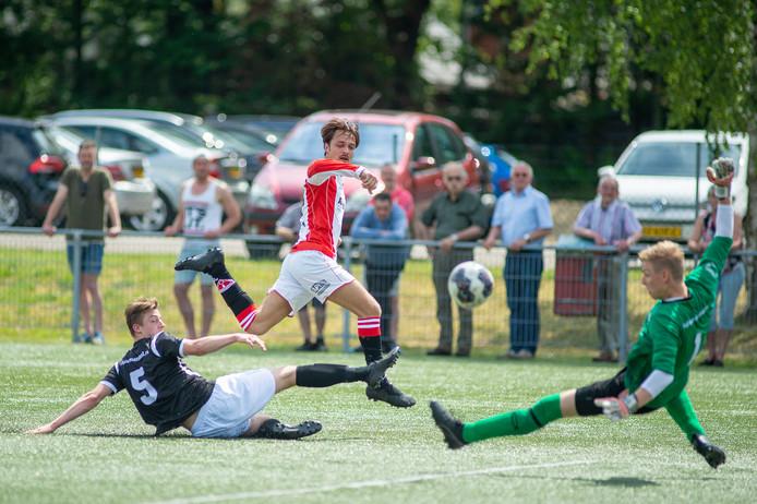 Nick van Kampen maakt 2-0 voor Albatross.