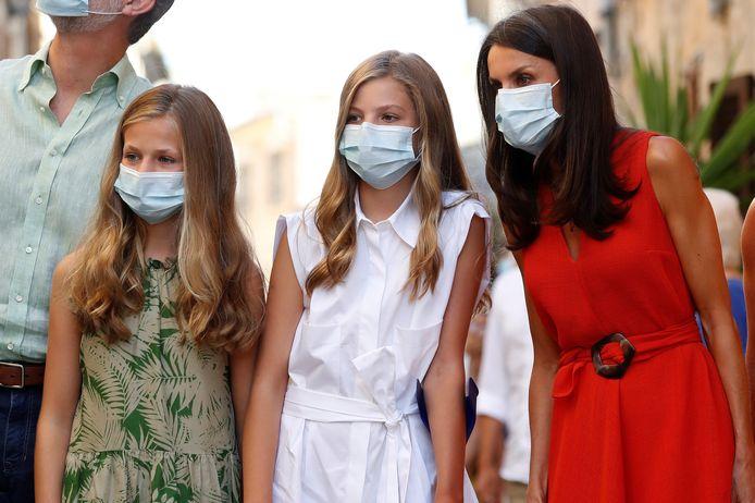 De Spaanse prinses Leonor (links) en haar klasgenootjes moeten veertien dagen in quarantaine, omdat iemand uit de klas positief is getest op het coronavirus. De 14-jarige Leonor begon woensdag aan het nieuwe schooljaar op de Santa María de los Rosales school.