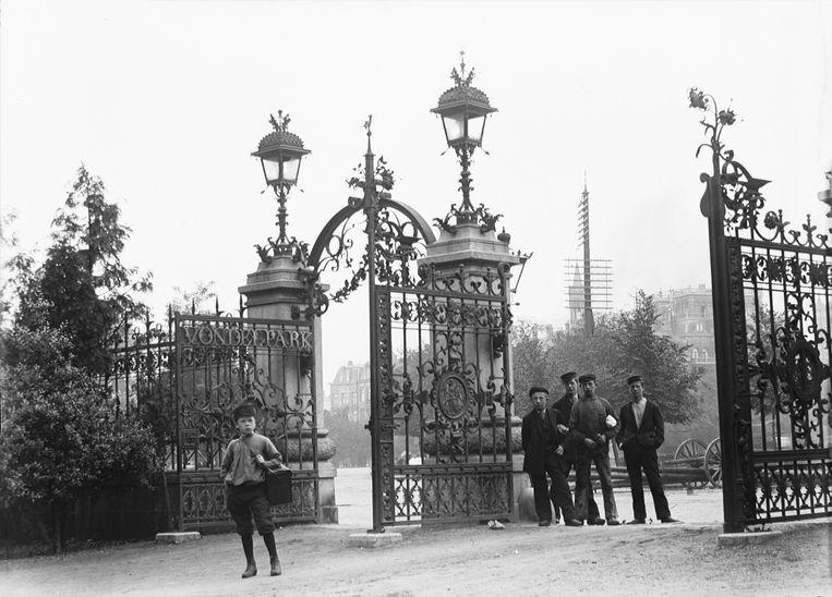 Vondelpark, ingang Stadhouderskade, 1896. Beeld Stadsarchief