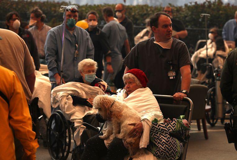 Beelden van de evacuatie van het Feather River Hospital in Paradise, waar ook Allyn alles op alles zette om de patiënten in veiligheid te brengen.