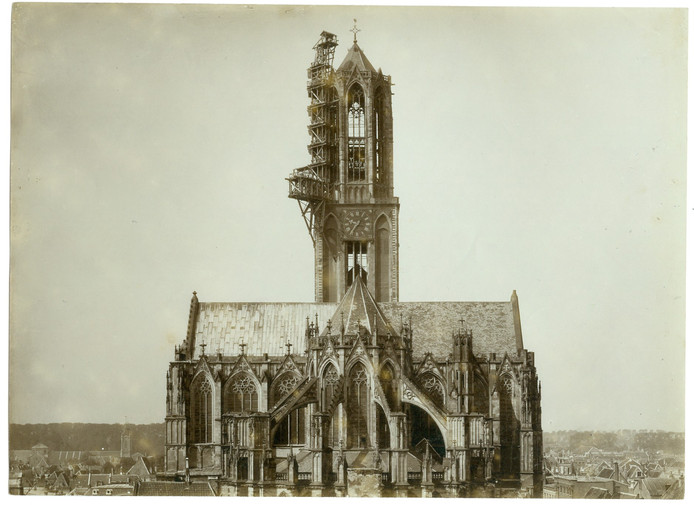 De steigers zijn aan de zijkant van de Domtoren vastgemaakt.
