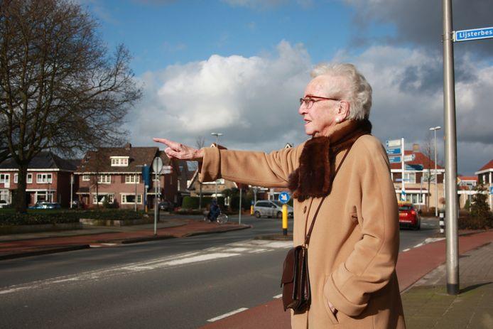 """Jo Lobeek op de plek waar ze 75 jaar geleden de Tommy's het dorp zag binnenkomen. ,,Ik weet niet meer of de zon toen scheen, maar in ieder geval wel figuurlijk voor veel Winterswijkers."""""""